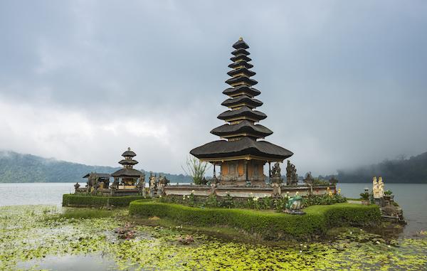 Храм Улун-Дану на озере Братан